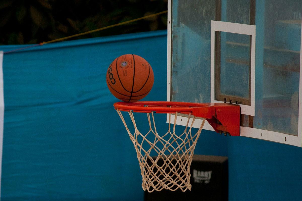 Un pallone da basket sul ferro del canestro