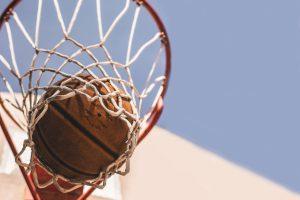 Pallone da basket che s'infila nella retina del canestro