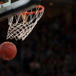 Palla da basket in canestro