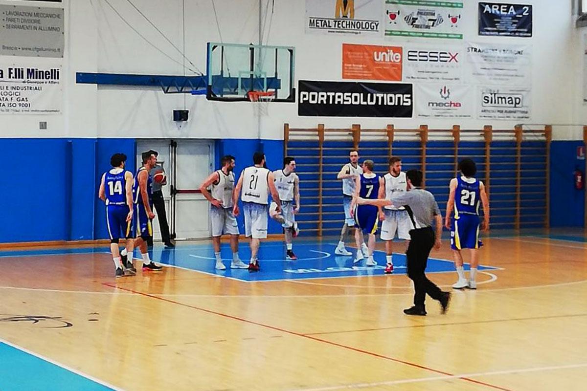 Arbitro di basket interrompe azione sotto canestro